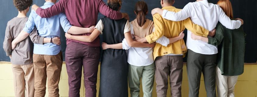 Team in Reihe verbunden durch Arme - Connected right